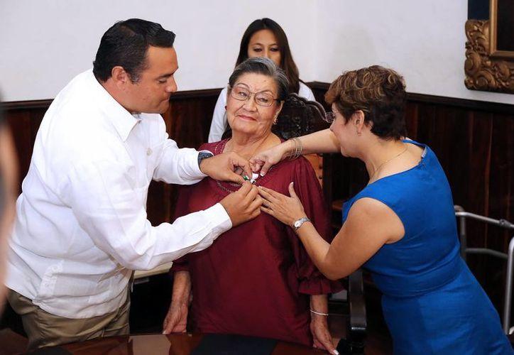 """El Alcalde coloca la medalla a """"La China"""". (Milenio Novedades)"""