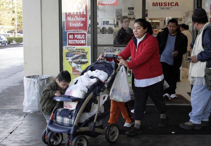 Los migrantes en Estados Unidos enviaron cantidades considerables de recursos a sus familias en el país. Imagen de contexto de una familia mexicana saliendo de un comercio en EU.  (Milenio Novedades)