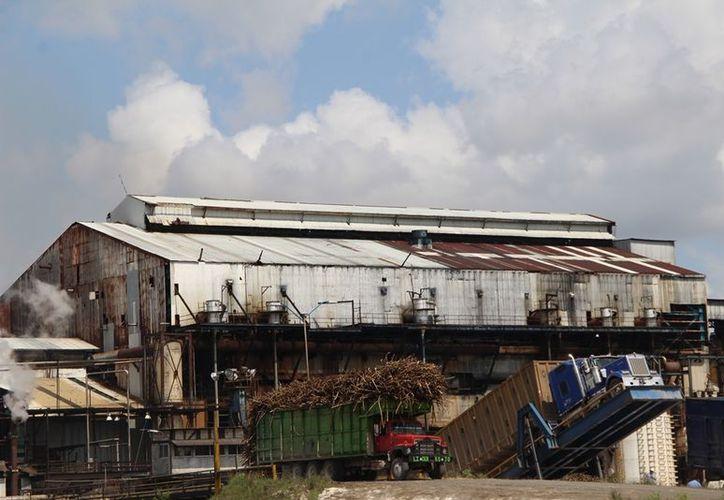 Los industriales de la fábrica tienen la visión de que el ingenio logre una zafra de más de dos millones de toneladas de caña procesadas. (Daniel Tejada/SIPSE)