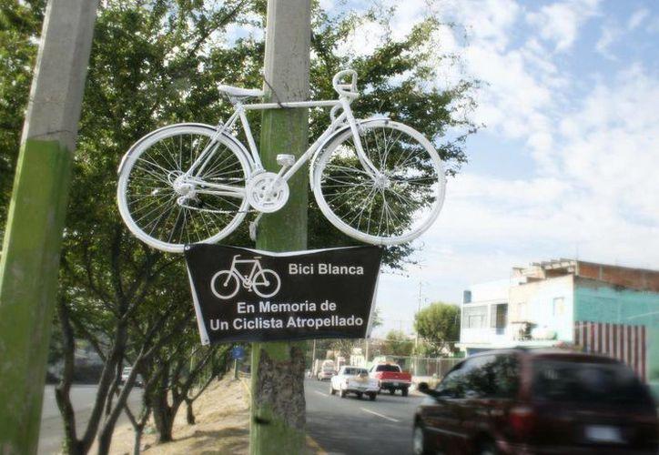 Las bicicletas blancas se instalan en los lugares donde algún ciclista haya perdido la vida. (cronicadesociales.org)