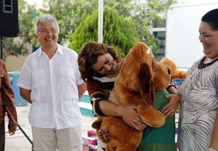 Autoridades del DIF Yucatán, encabezados por su presidenta, Sarita Blancarte de Zapata, llevaron alegría a los menores del Caimede. (SIPSE)