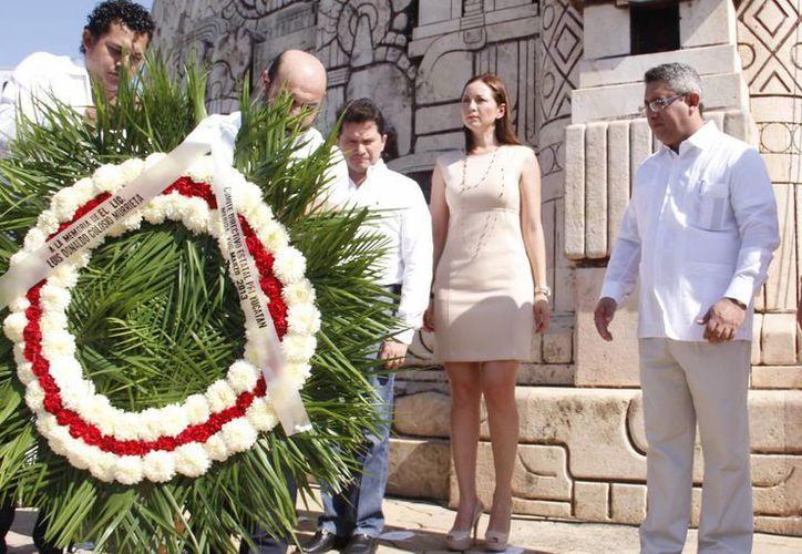 Autoridades depositan un arreglo floral en el Monumento a la Patria. (Juan Albornoz/SIPSE)