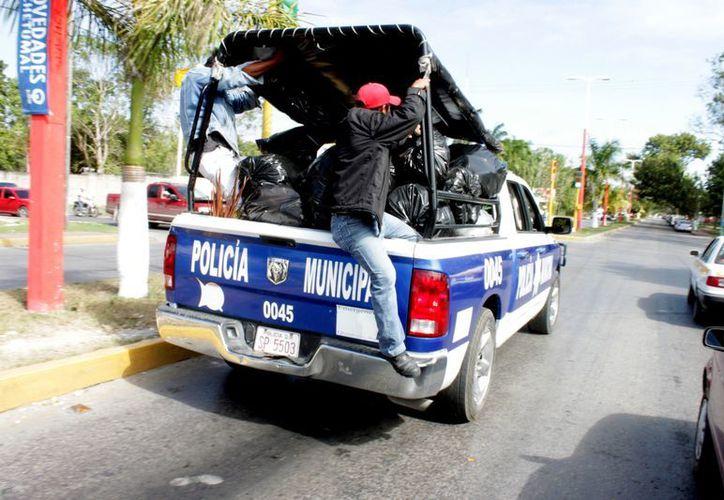 Aunque parezca ficción, patrullas de la Policía Municipal Preventiva tuvieron que ser adaptadas como unidades de transporte de basura. (Francisco Sansores/SIPSE)