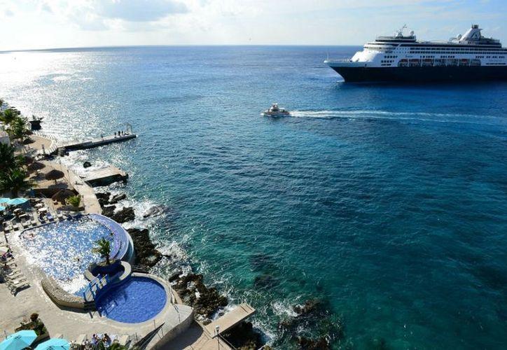 La cantidad de cruceros que han llegado a la isla de Cozumel ha sido tal que es necesario que fondeen en la rada insular. (Gustavo Villegas/SIPSE)