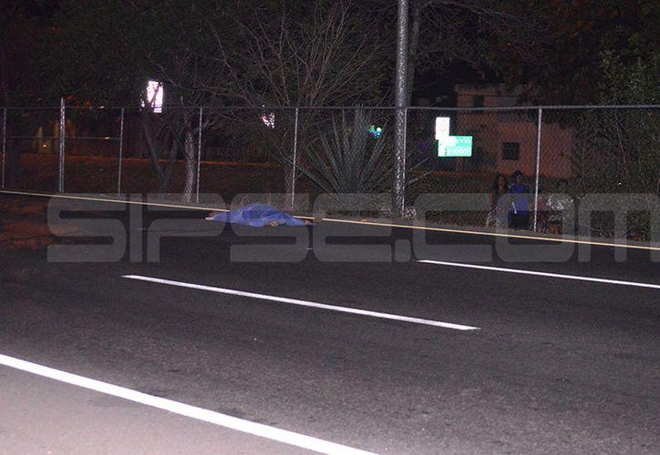 El cuerpo quedó en medio del pavimento. (Carlos Navarrete/SIPSE)
