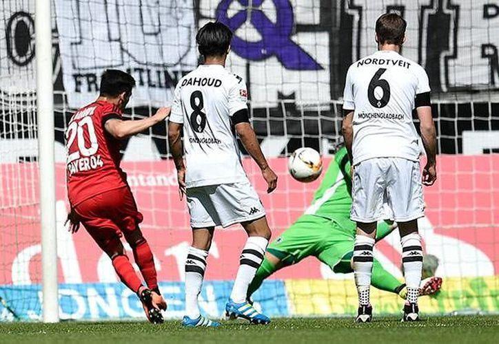 Charles Aránguiz fue el autor del único gol del Leverkusen, a pase de Javier Hernández, quien tuvo una destacada actuación en la derrota de las 'aspirinas'.