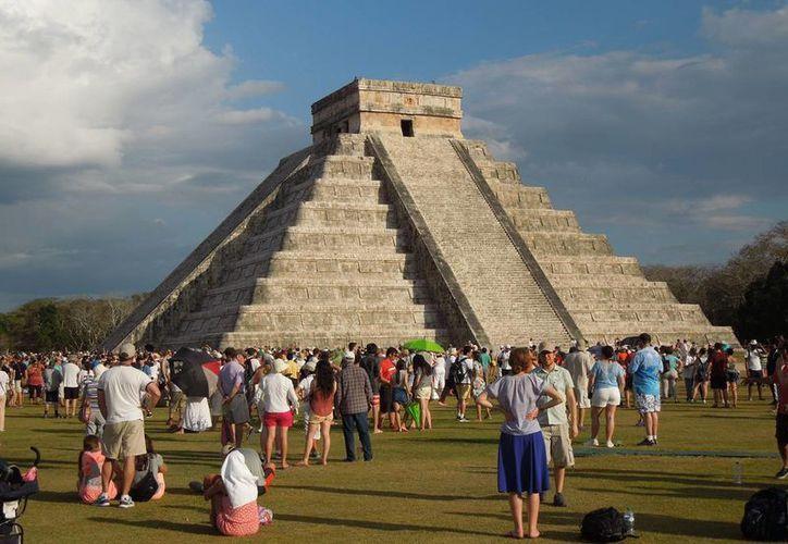 Chichén Itzá registró este jueves, en las escalinatas del Castillo de Kukulcán, el inicio de la primavera. (Christian Coquet/SIPSE)