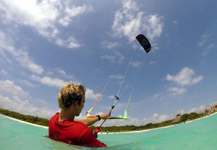 Los vientos que se generan en la temporada de huracanes son óptimos para practicar kitesurfing, pero representan un riesgo para el deportista y los bañistas. (Adrián Monroy/SIPSE)