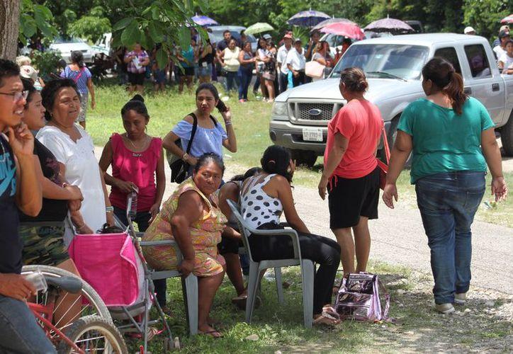 En Calotmul, el calor era sumamente intenso y decenas de personas de la tercera edad y adultos acompañados de niños, esperaban en las calles para pasar a las casillas. (Marco Moreno/Milenio Novedades)