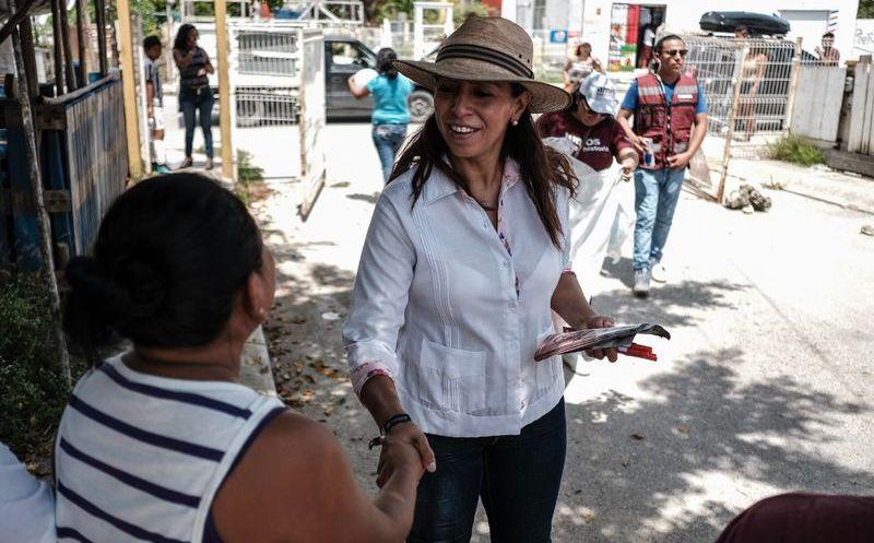 Marybel Villegas Canché, recorrió el fraccionamiento Paraíso Maya, en la Región 107 de Cancún, para escuchar las necesidades de la población. (SIPSE)