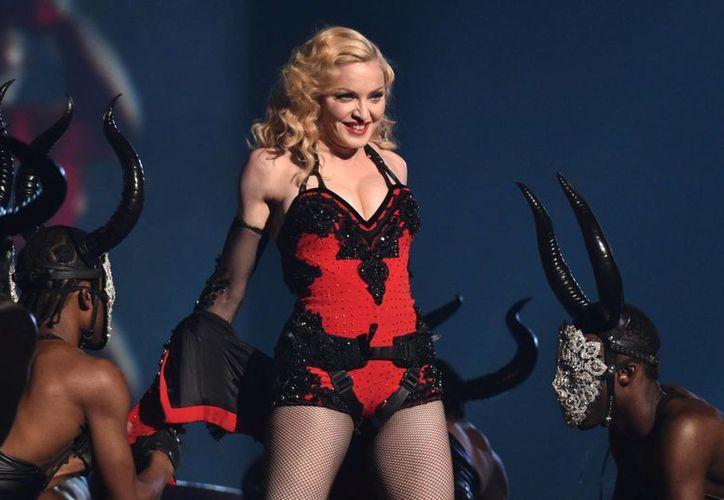 Madonna, copropietaria de Tidal con Jay Z, Beyonce y otros, dice que el servicio de streaming, apenas está comenzando. En la foto Madonna canta en la ceremonia de los premios Grammy en Los Angeles. (AP)