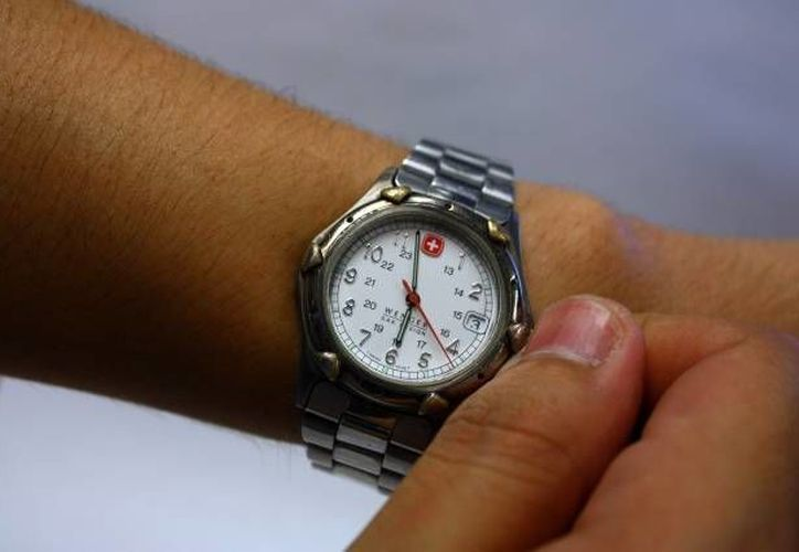 Se recomienda a la gente no olvidar adelantar su reloj una hora desde el sábado en la noche, para amanecer con el nuevo horario. (Archivo SIPSE)