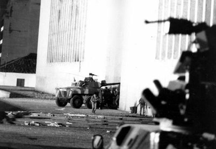 Imagen de archido del 07 de noviembre 1985 en la que se ve la toma del Palacio de Justicia. (Agencias)