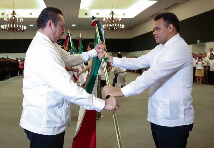 Rolando Zapata Bello entrega su respectiva bandera al alcalde de Valladolid, Roger Alcocer. (Milenio Novedades)