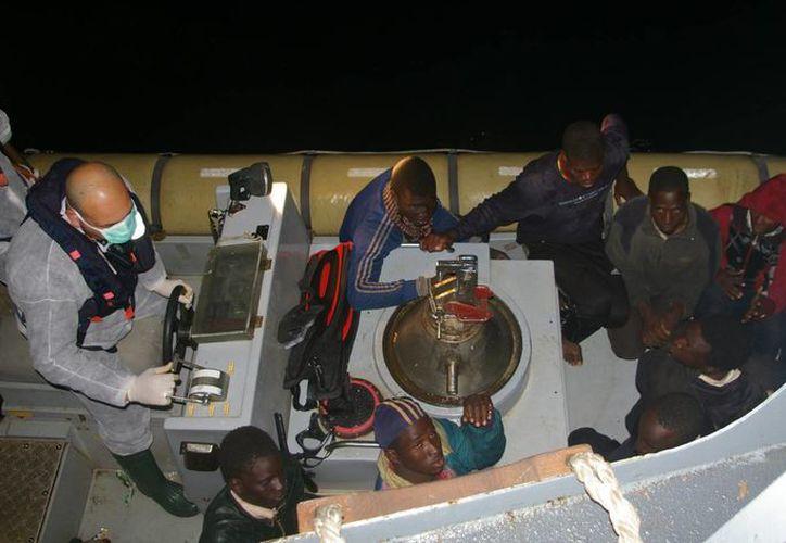 La capitanería de puerto de Reggio Calabria confirmó que otra lancha a la deriva con 200 personas fue socorrida este miércoles frente a las costas de la localidad de Rocella Jonica. (Agencias)