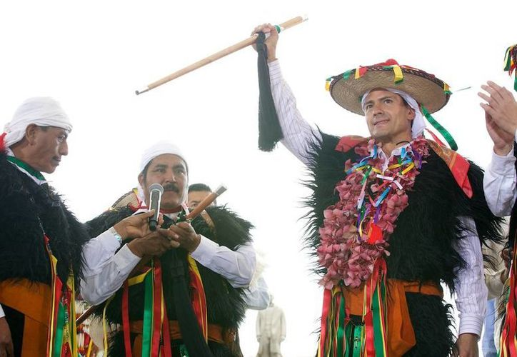 Durante su visita a Chiapas, Peña Nieto recibió el bastón de las autoridades tradicionales de San Juan Chamula. (Presidencia)