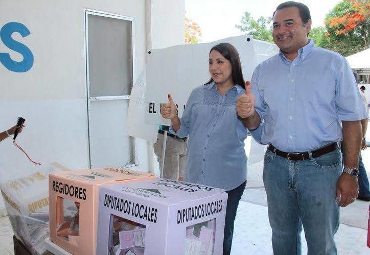 El alcalde votó en compañía de su esposa Diana Castillo Laviada. (Jorge Acosta/SIPSE)