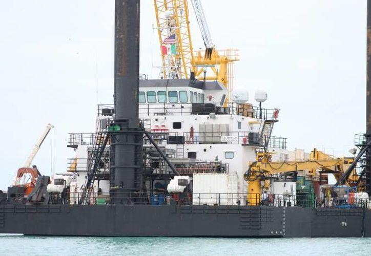 Este es el buque plataforma L/B Myrtle que sirve para labores de perforación en la zona del cráter de Chicxulub. Pescadores de Sisal pospusieron este martes una protesta pacífica contra dichos trabajos científicos. (Gerardo Keb/Milenio Novedades)