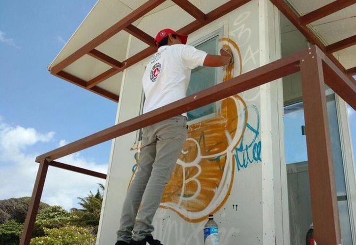 Elementos de Protección Civil detectaron que las 14 torres de guardavidas de Solidaridad están vandalizadas. (Daniel Pacheco/SIPSE)