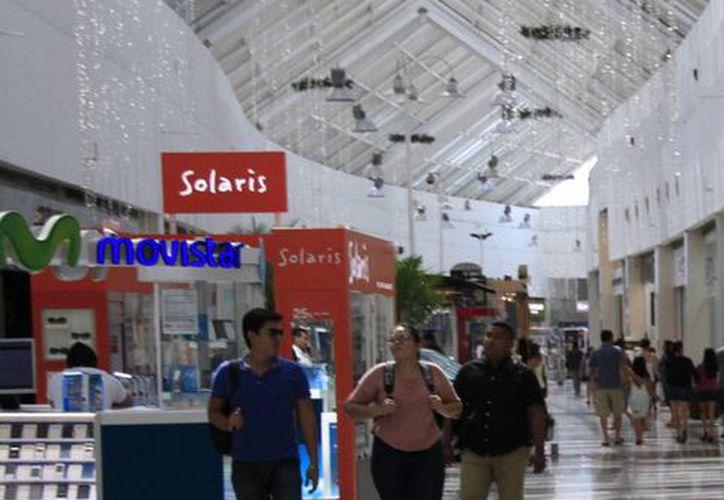 Gente local y turistas visitan las plazas comerciales. (Israel Leal/SIPSE)