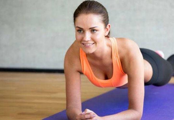 La plancha es un ejercicio que, si se hace periódicamente, equivale a realizar mil abdominales, según expertos. (salud180.com)