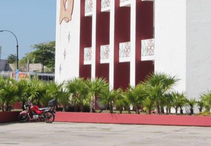 Las presuntas anomalías de los ahora exfuncionarios públicos fueron expuestas en la sala de Cabildos del Palacio de Gobierno othonense. (Juan Palma/SIPSE)