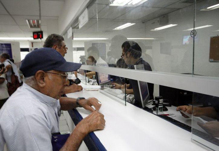 Los primeros en llegar a la ventanilla de Tesorería a pagar el predial, los pensionados y adultos mayores. (Antonio Sánchez/SIPSE)