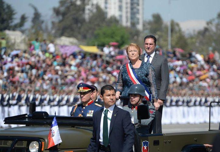 La presidenta chilena, Michelle Bachelet, encabezó la Gran Parada Militar por las Glorias del Ejército, que se realizó en el emblemático Parque O'Higgins de Santiago. (Notimex)