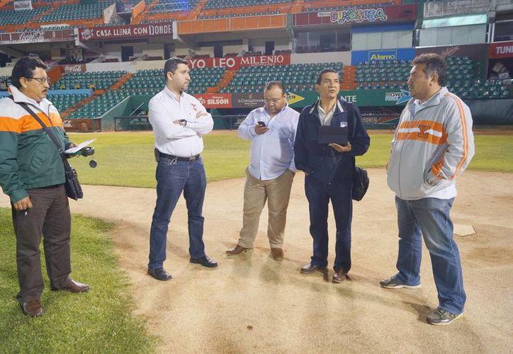 Néstor Alba Brito (segundo de derecha a izquierda), director de operaciones de la Liga Mexicana de Beisbol, recorrió las instalaciones del Parque Kukulcán junto con otros directivos. (Milenio Novedades)