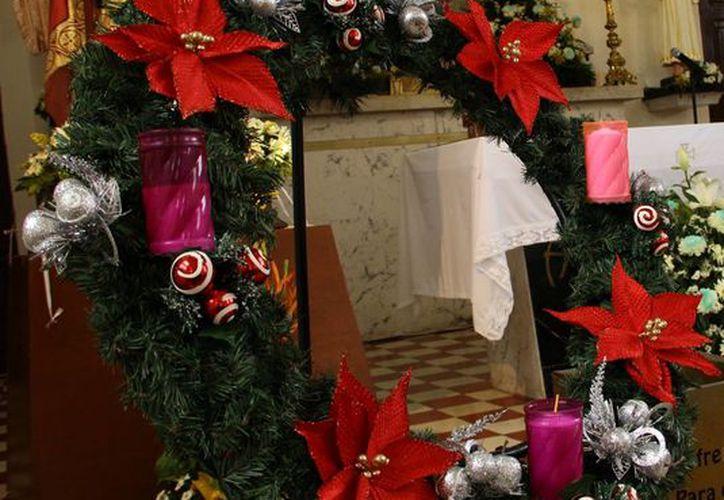 La Corona de Adviento está formada por ramas de pino y cuatro velas, una por cada domingo antes del nacimiento de Jesús. (Milenio Novedades)