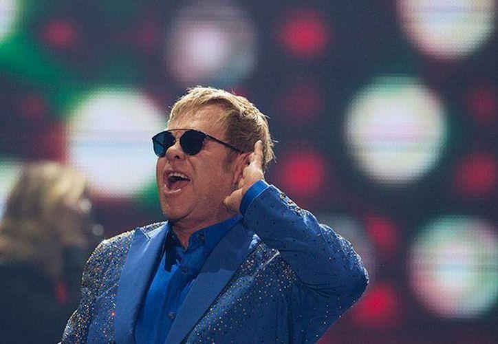 Según un portavoz del Gobierno ruso, el presidente Vladimir Putin se comunicó con el cantante Elton John, quien ha dicho públicamente que quiere 'debatir' con el mandatario sobre los derechos de los homosexuales. (Archivo/excelsior.com.mx)