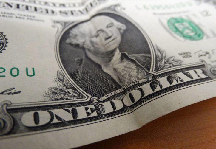 El tipo de cambio interbancario cotizaba en 17.7095 por dólar, mientras que en bancos se vende hasta en 18.15 pesos. (SIPSE)