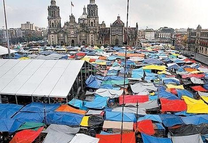 El Zócalo parece un gran campamento de daminificados. (Milenio)