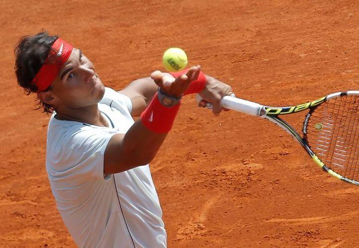 El español Rafael Nadal saca contra el australiano Marinko Matosevic en el Masters de Montecarlo. (Agencias)