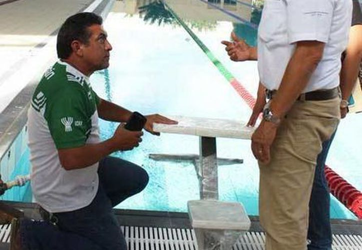 Imagen de Juan Sosa Puerto, titular del Instituto del Deporte de Yucatán, durante la visita de inspección a la la Unidad Deportiva Kukulcán. (Milenio Novedades)