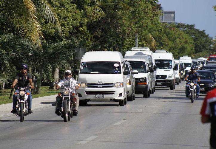 Los transportistas recorrieron la zona hotelera durante su manifestación. (Israel Leal/SIPSE)