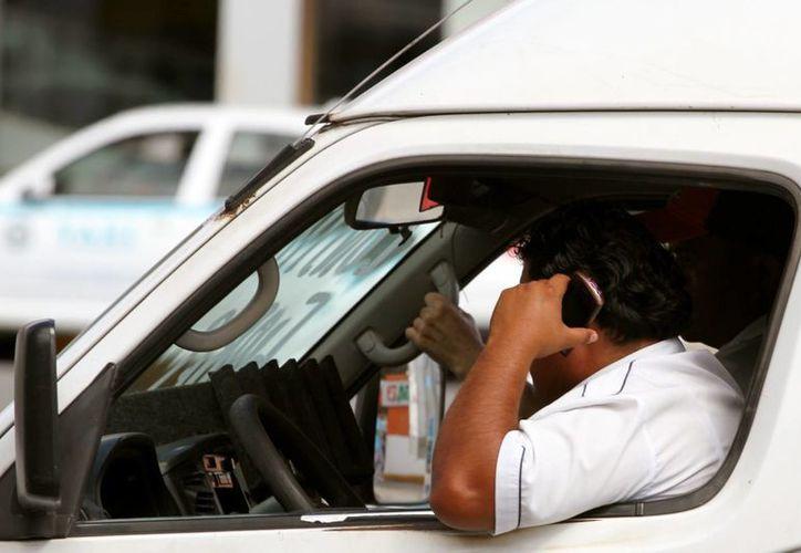 Los pasajeros tienen el derecho de solicitar a los choferes de transporte público que no usen sus teléfonos mientras conducen.  (Adrián Monroy/SIPSE)