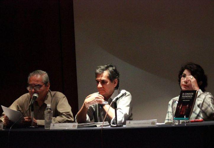 El escritor Alfredo Tapia Sosa (i), al realizar una reseña del más reciente libro de Mario Barghomz (d). (SIPSE)