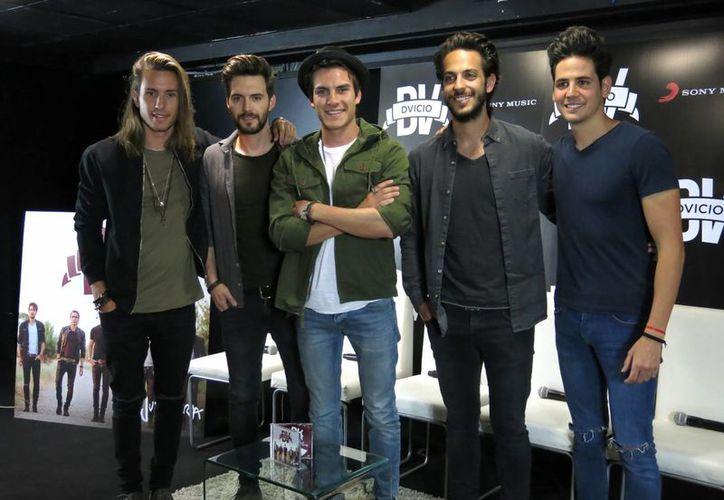 El cantante Andrés Ceballos del grupo Dvicio hizo evidente que no sabía de la muerte de Juan Gabriel, cuando esta noche fue el encargado de anunciar su Grammy póstumo. (AP)