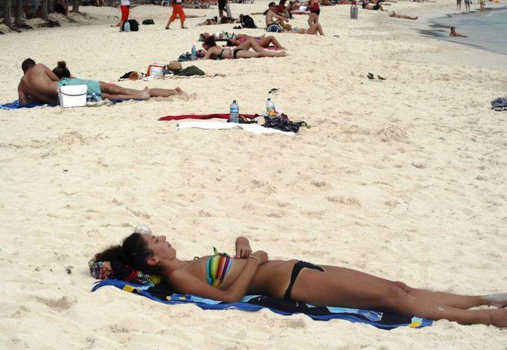 Los turistas disfrutan de los arenales de Playa del Carmen. (Octavio Martínez/SIPSE)