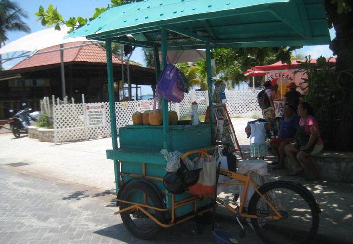 Las playas están plagadas de todo tipo de vendedores y productos. (Lanrry Parra/SIPSE)