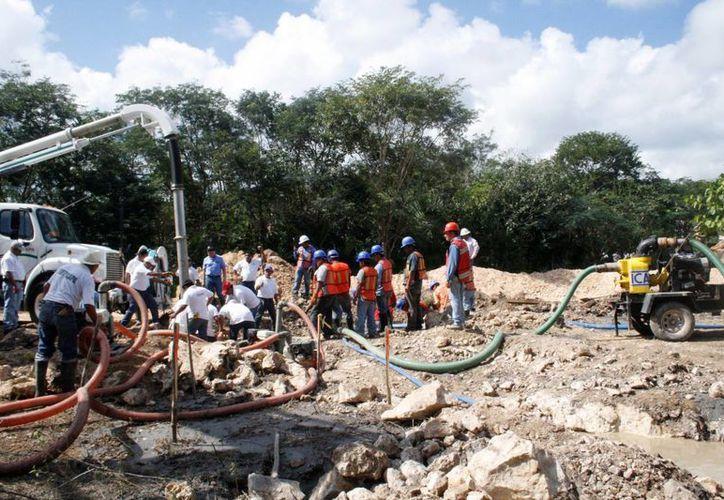 La empresa ICA rompió una tubería de aguas residuales durante la construcción de la carretera El Tintal-Playa del Carmen. (Redacción/SIPSE)