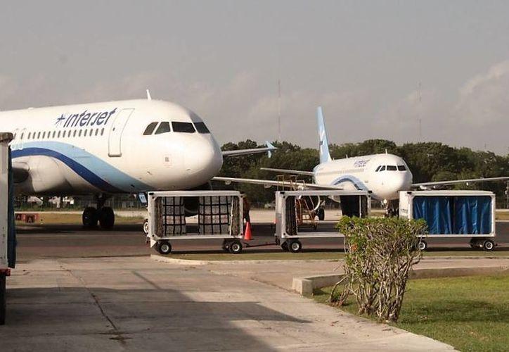 El avión no pudo despegar para retornar, por supuestas fallas en el tren de aterrizaje. (Carlos Horta/ SIPSE)