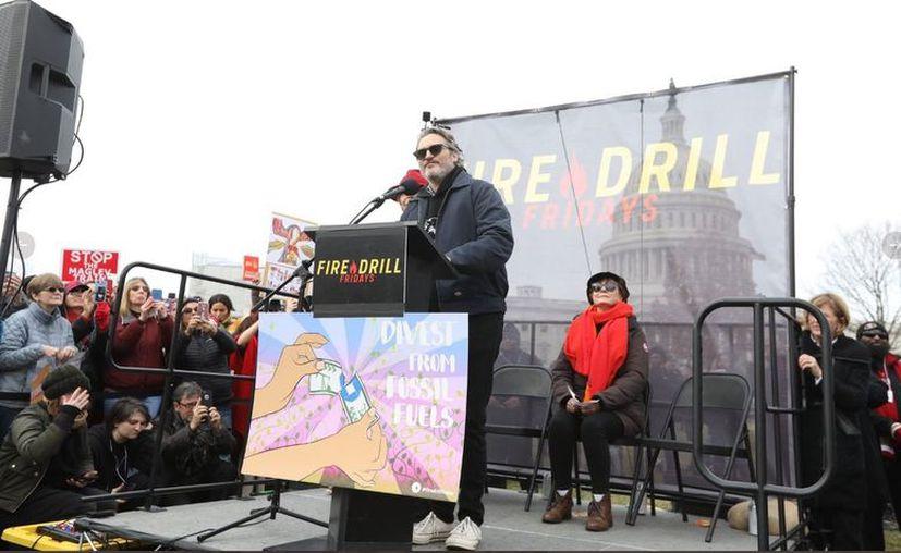 Martin Sheen y Joaquin Phoenix (en el atril) acudieron al mitin que se realizó en los alrededores del Capitolio, en Washington D.C. (Agencia Reforma)