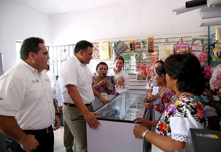 Este lunes el Gobernador de Yucatán estuvo en Chankom para hacer entrega de apoyos del Programa para el Mejoramiento de la Producción y la Productividad Indígena (Proin). (Foto cortesía del Gobierno estatal)
