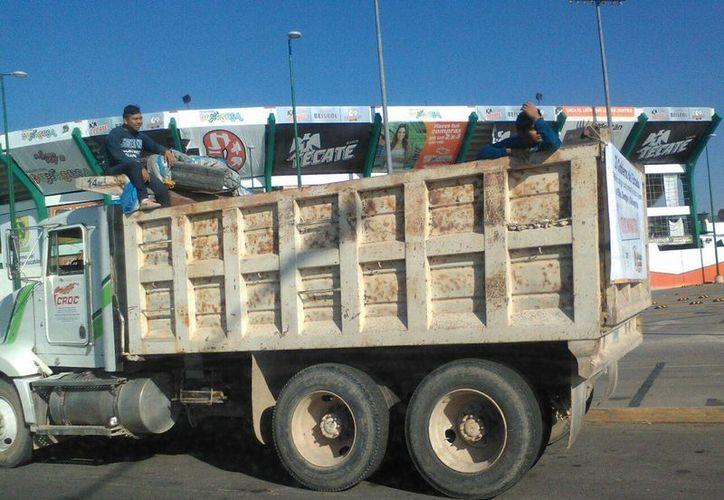 Camiones con gran capacidad de carga recorren Mérida en busca de cacharros. Salud inició el primer operativo de 2017 para combatir el mosquito transmisor de dengue, zika y chikungunya. (José Salazar/SIPSE)