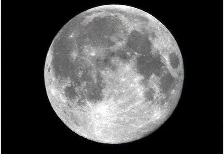La distancia de la luna a la tierra varía entre los 355 mil a 404 mil kilómetros. (SIPSE)