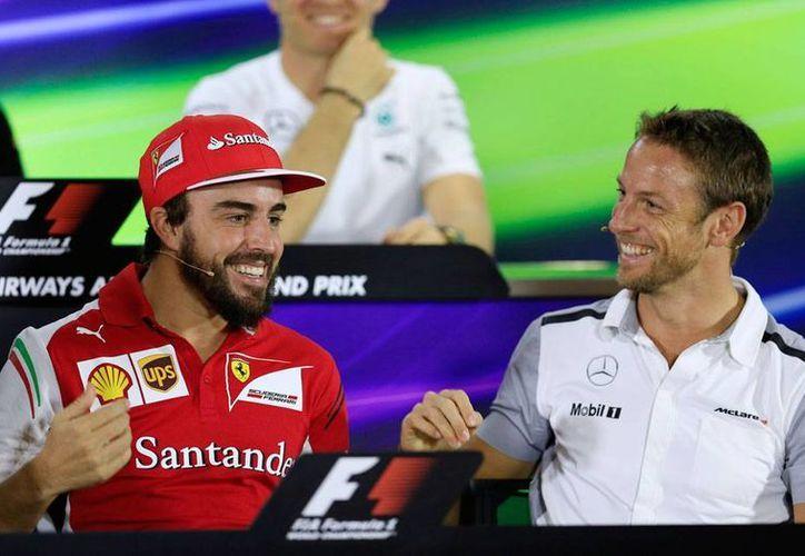 Fernando Alonso y Jenson Button, pilotos que tratarán de devolverle la grandeza a la escudería McLaren, que este jueves presentó su monoplaza (auto) MP4-30. La imagen es de archivo y está utilizada como contexto. (AP)