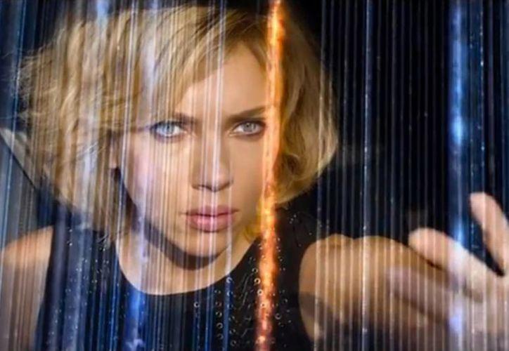 """Scarlett Johansson es la protagonista de la película """"Lucy"""", del director Luc Besson, donde se explora la capacidad del cerebro. (Internet)"""