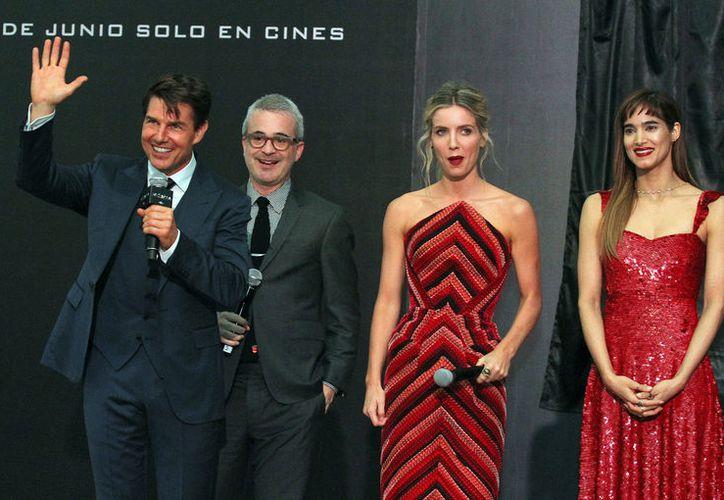 El actor desfiló por la alfombra con la actriz Sofia Boutella, Annabell Wallis y el director del filme, Alex Kurtzman. (Foto: Notimex)